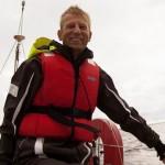 Foto på Ulf Bodin som seglar en Scampisegelbåt.