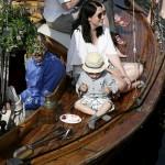 Festligt foto på träbåt vid brygga med barn som äter tårta.