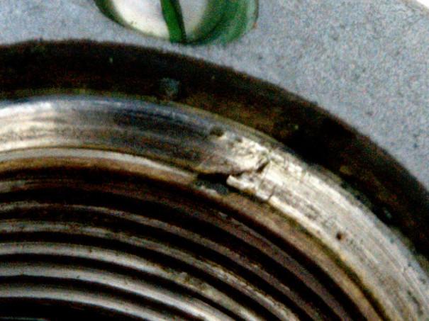 Detaljbild på skada på däckgenomföringen.