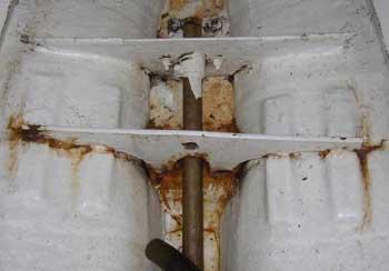 Sprickor i inplastningen runt den centrala bottenstocken.